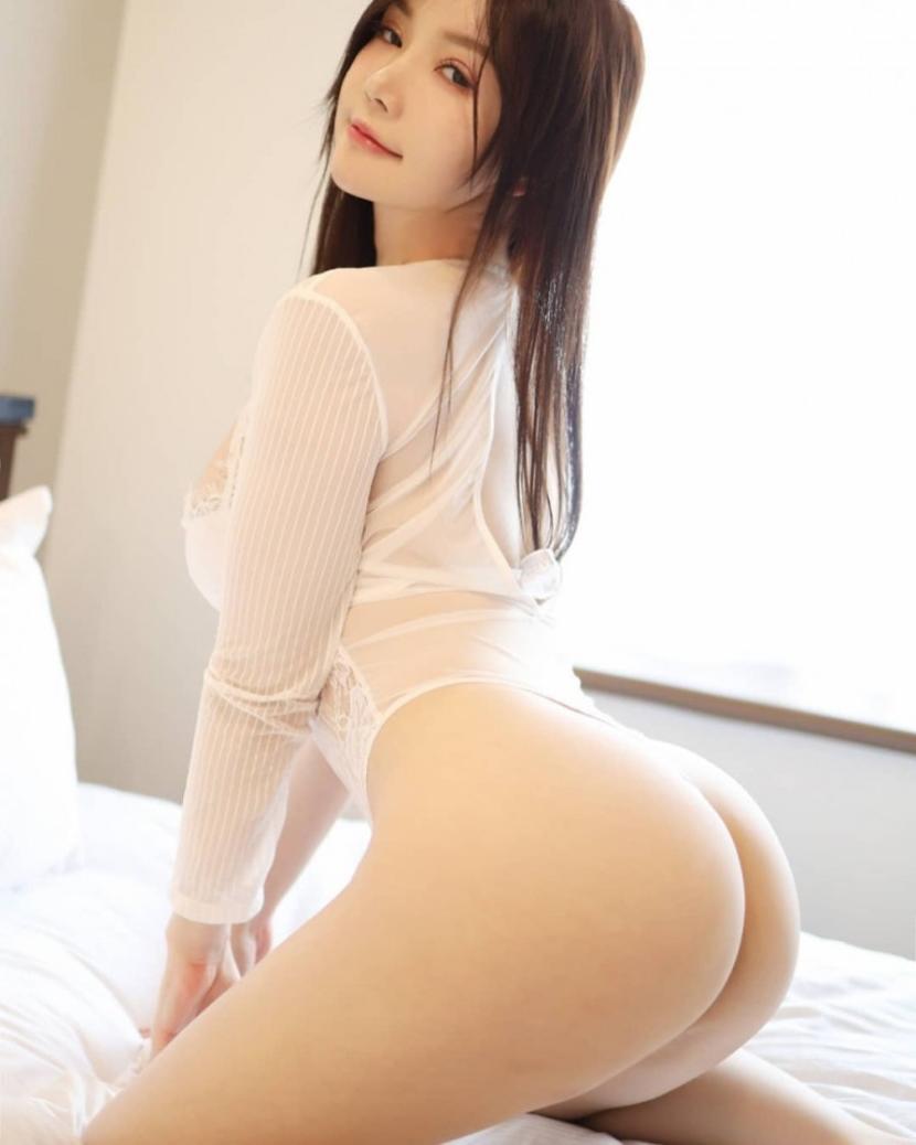 눈빛이 야릇한 은꼴 여자의 뒤태 엉덩이